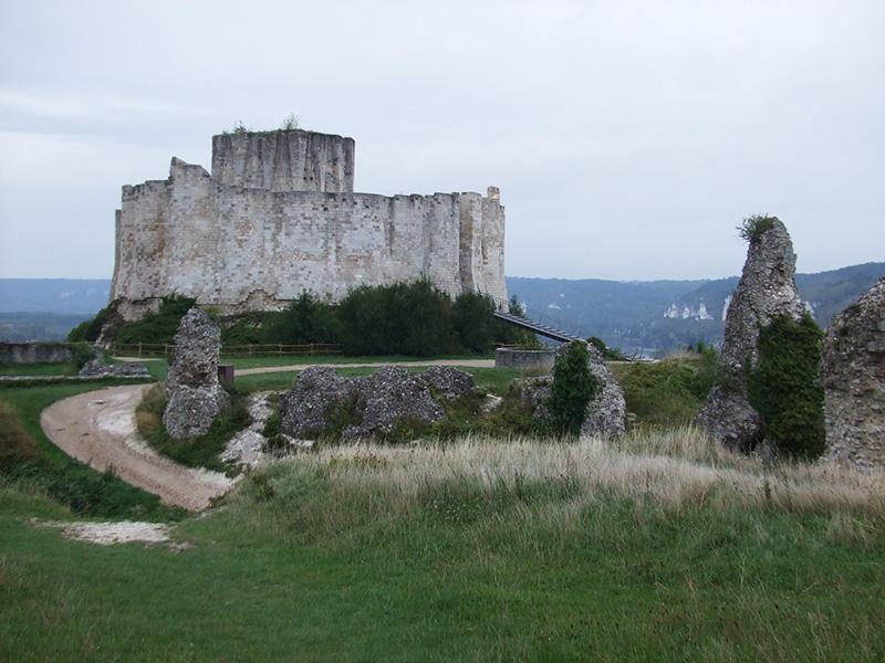 ノルマンティーの古い街 レ・ザンドリー 丘の上にそびえ立つガイヤール城跡